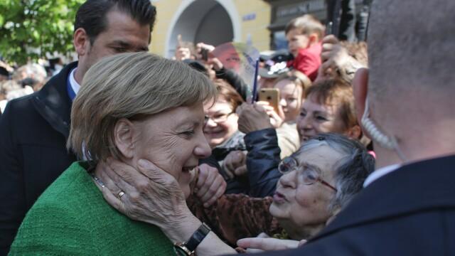 """Momentul în care oamenii au scandat """"Europa!"""" în Sibiu. Iohannis şi liderii UE, baie de mulţime - Imaginea 4"""
