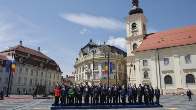 """Momentul în care oamenii au scandat """"Europa!"""" în Sibiu. Iohannis şi liderii UE, baie de mulţime - Imaginea 5"""