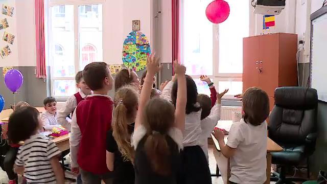 Şcoli din România unde notele nu contează. Ce spun studiile despre elevii care învaţă aici