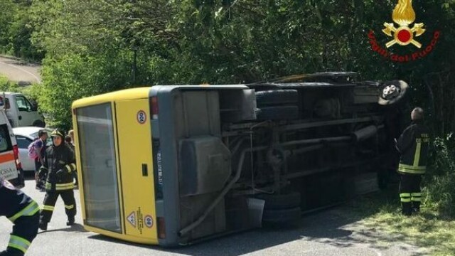 autobuz scolar rasturnat in Italia