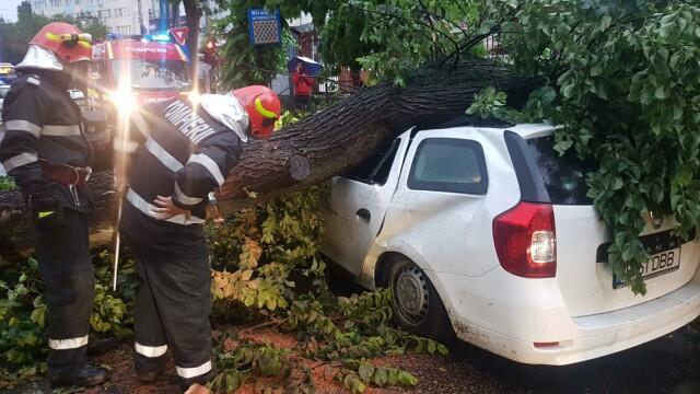 Pagubele produse în Capitală de ploaia torențială. Două persoane sunt rănite