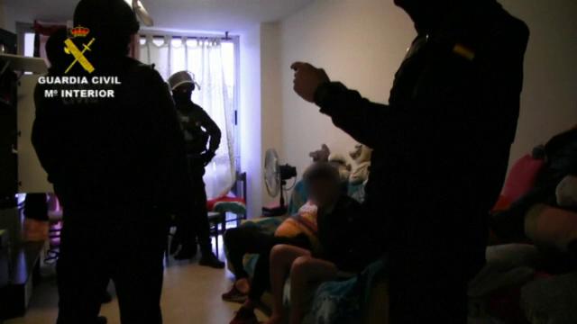 Femei obligate să se prostitueze 14 ore pe zi de către un român, în Spania
