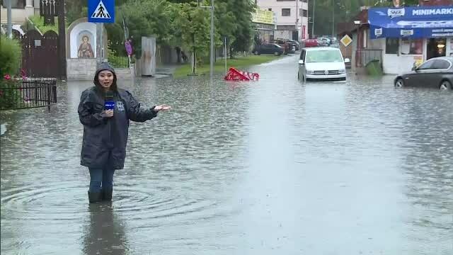 GALERIE FOTO. Urmările ruperii de nori din Capitală. Mai multe străzi și mașini inundate - Imaginea 1
