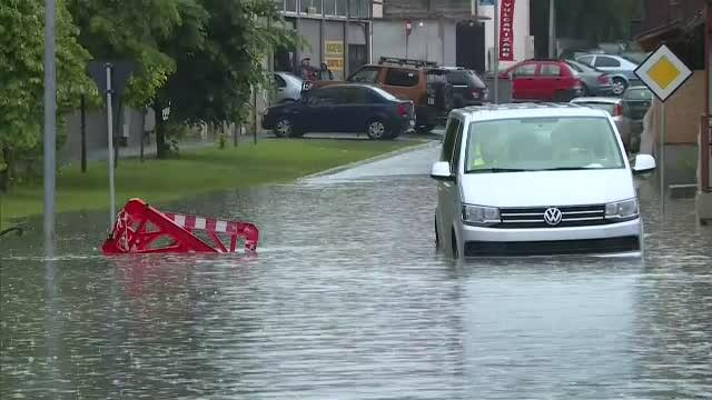 GALERIE FOTO. Urmările ruperii de nori din Capitală. Mai multe străzi și mașini inundate - Imaginea 3