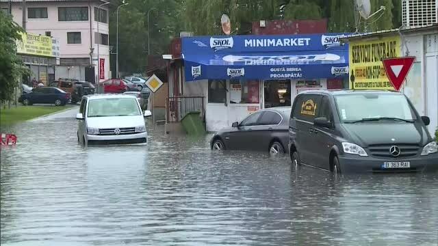 GALERIE FOTO. Urmările ruperii de nori din Capitală. Mai multe străzi și mașini inundate - Imaginea 4
