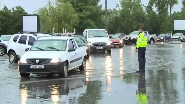 GALERIE FOTO. Urmările ruperii de nori din Capitală. Mai multe străzi și mașini inundate - Imaginea 7