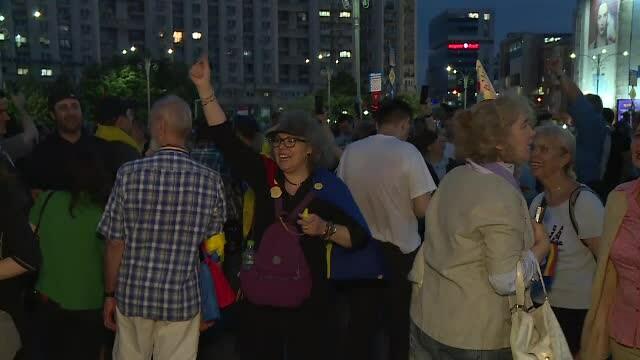 Piața Victoriei, loc de petrecere după europarlamentare și condamnarea lui Dragnea - Imaginea 1