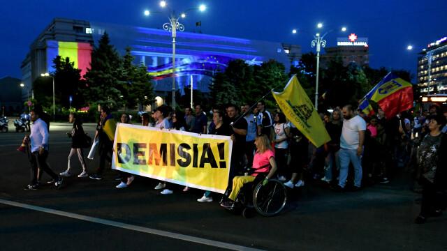 Piața Victoriei, loc de petrecere după europarlamentare și condamnarea lui Dragnea - Imaginea 6