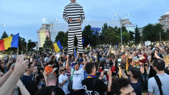 Piața Victoriei, loc de petrecere după europarlamentare și condamnarea lui Dragnea - Imaginea 4