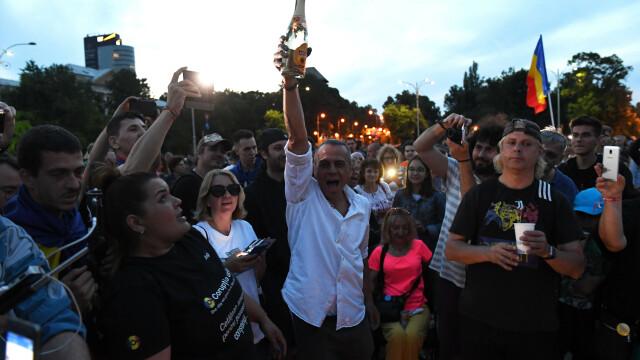Piața Victoriei, loc de petrecere după europarlamentare și condamnarea lui Dragnea - Imaginea 2