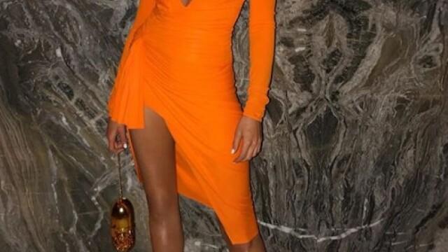 Fostă Miss Univers, topless și acoperită cu un șarpe pe plajă. GALERIE FOTO - Imaginea 10