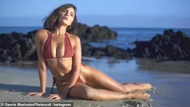 Fostă Miss Univers, topless și acoperită cu un șarpe pe plajă. GALERIE FOTO - Imaginea 9