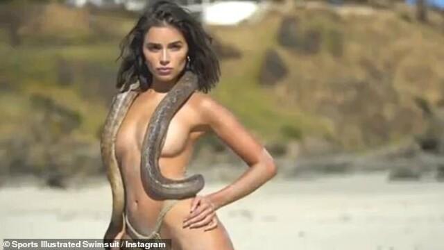 Fostă Miss Univers, topless și acoperită cu un șarpe pe plajă. GALERIE FOTO - Imaginea 6