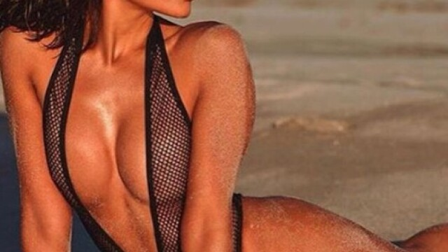 Fostă Miss Univers, topless și acoperită cu un șarpe pe plajă. GALERIE FOTO - Imaginea 4