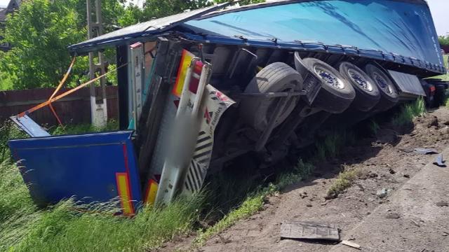 Un șofer de TIR a murit după ce s-a tamponat cu 2 mașini