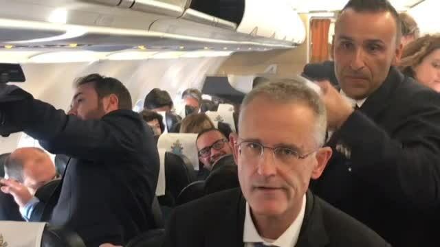 Primele imagini din avionul cu care Papa Francisc a venit în România - Imaginea 4