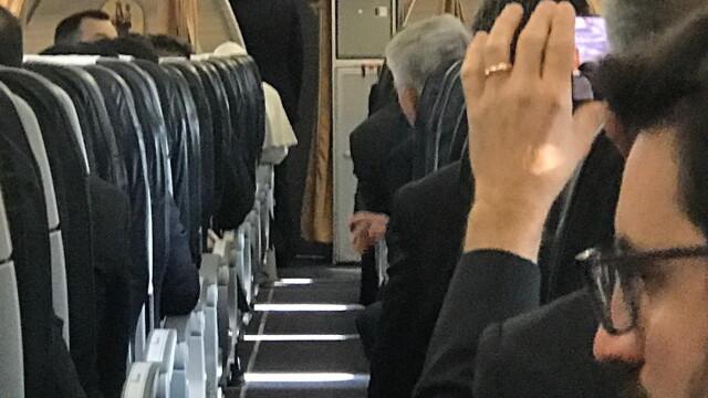 Primele imagini din avionul cu care Papa Francisc a venit în România - Imaginea 6