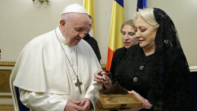 Viorica Dăncilă i-a dăruit Papei un ceas cu pământ românesc în cadran