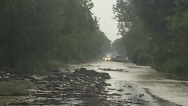 Cum arată drumul național închis din cauza ploilor torențiale