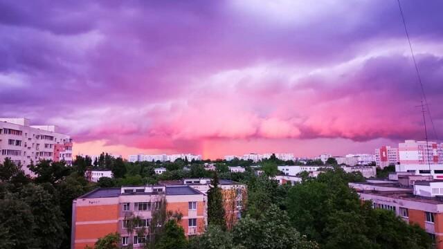 """GALERIE FOTO. Cerul Capitalei, """"pictat"""" în culori spectaculoase. Care este explicația științifică"""