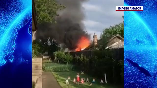 Incendiu în Crevedia. Casa unui bătrân de 90 de ani a fost cuprinsă de flăcări