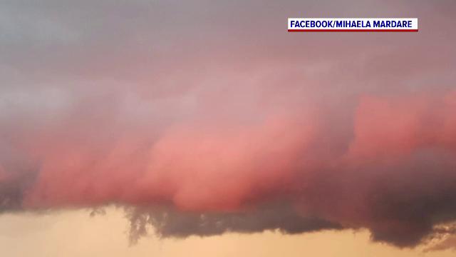 Cerul Capitalei, acoperit de nori roz. Care e explicația specialiștilor