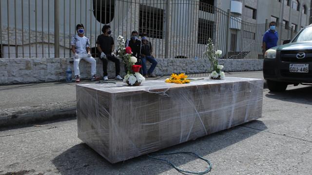 Sute de cadavre depozitate pe străzi sau pierdute în spitale și morgi într-un oraș din Ecuador. GALERIE FOTO - Imaginea 11