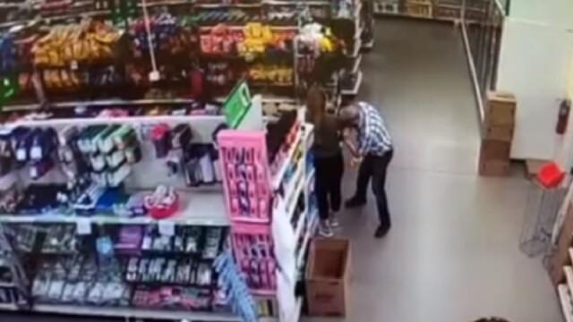 Bărbat filmat în timp ce-și șterge nasul pe tricoul unei angajate dintr-un magazin. Ce riscă acum