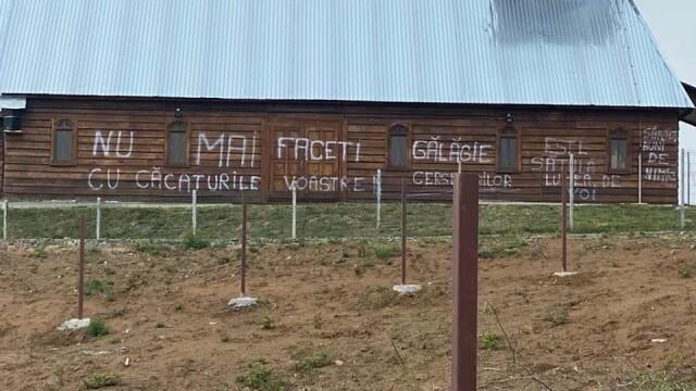 Mesaj pe zidul unei biserici