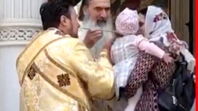 IPS Teodosie a ignorat legea și a împărtăşit mai mulţi copii cu aceeaşi linguriţă
