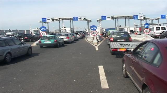 Cozi uriașe la intrarea în ţară din Ungaria. Sute de oameni stau înghesuiți, fără distanțare - Imaginea 1