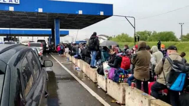 Cozi uriașe la intrarea în ţară din Ungaria. Sute de oameni stau înghesuiți, fără distanțare - Imaginea 2