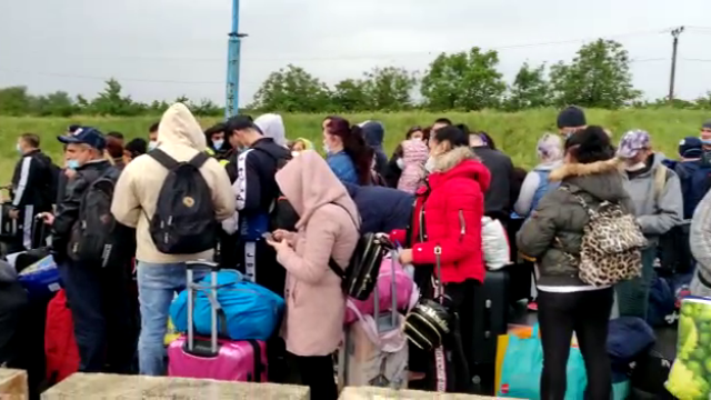 Cozi uriașe la intrarea în ţară din Ungaria. Sute de oameni stau înghesuiți, fără distanțare - Imaginea 3