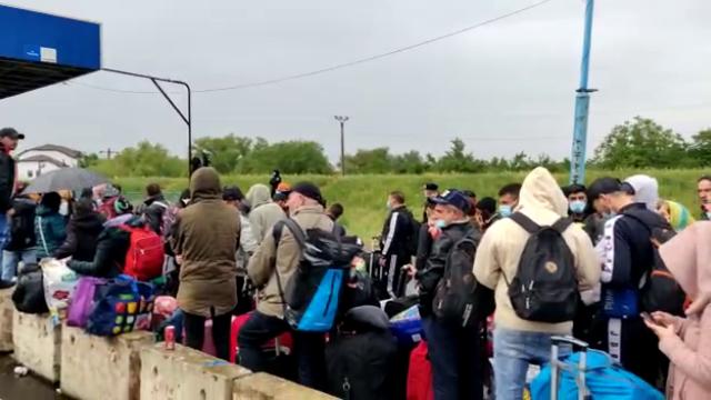 Cozi uriașe la intrarea în ţară din Ungaria. Sute de oameni stau înghesuiți, fără distanțare - Imaginea 4