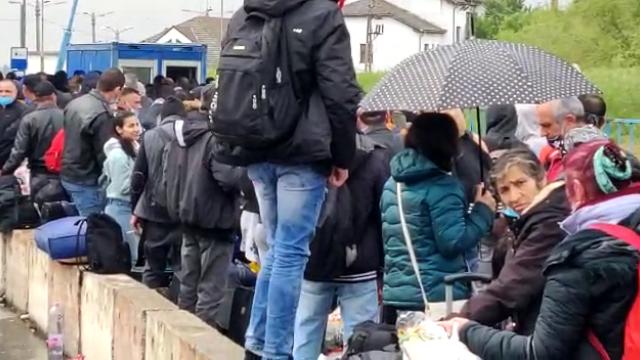 Cozi uriașe la intrarea în ţară din Ungaria. Sute de oameni stau înghesuiți, fără distanțare - Imaginea 5