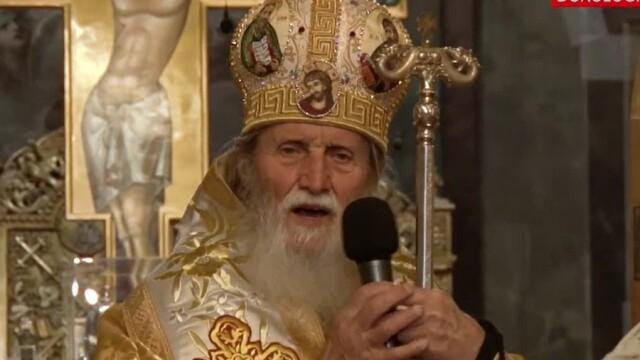 ÎPS Pimen, înmormântat la Mănăstirea Sihăstria Putnei. Sicriul, purtat de bărbați în combinezoane - Imaginea 2
