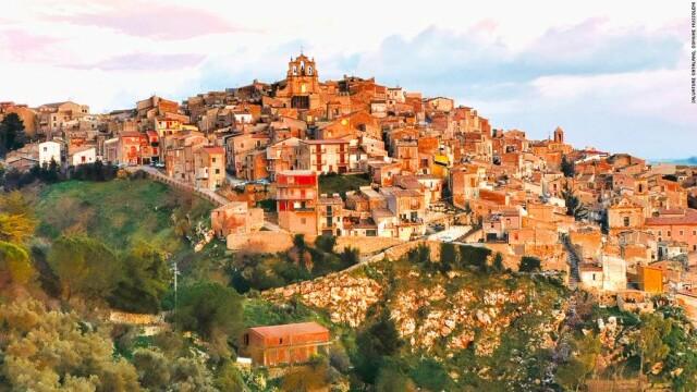 Povestea americanului pus în carantină într-o casă care stătea să se prăbușească într-un sat îndepărtat din Italia