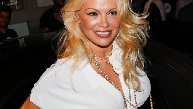 Pamela Anderson, reclamă la un serviciu de videochat în lenjerie intimă - Imaginea 1