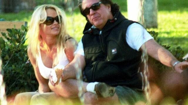 Pamela Anderson, reclamă la un serviciu de videochat în lenjerie intimă - Imaginea 3