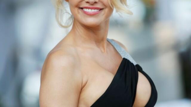 Pamela Anderson, reclamă la un serviciu de videochat în lenjerie intimă - Imaginea 4