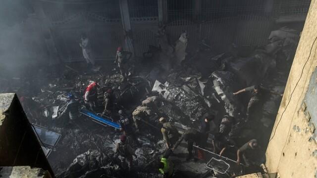 Un avion cu aproape 100 de oameni la bord s-a prăbușit într-o zonă rezidențială din Pakistan - Imaginea 14