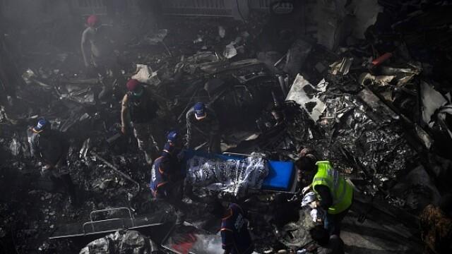 Un avion cu aproape 100 de oameni la bord s-a prăbușit într-o zonă rezidențială din Pakistan - Imaginea 12