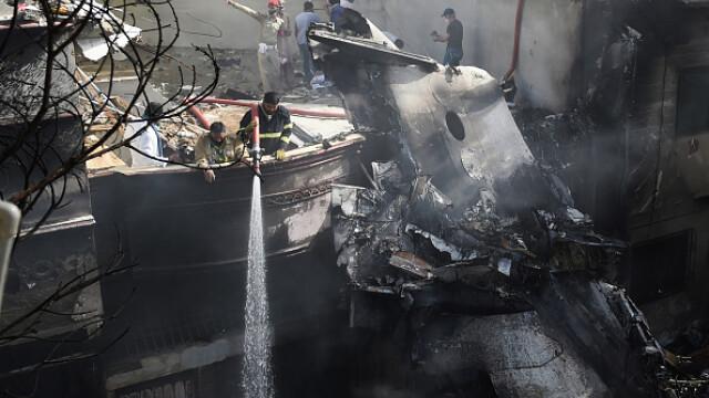 Un avion cu aproape 100 de oameni la bord s-a prăbușit într-o zonă rezidențială din Pakistan - Imaginea 11