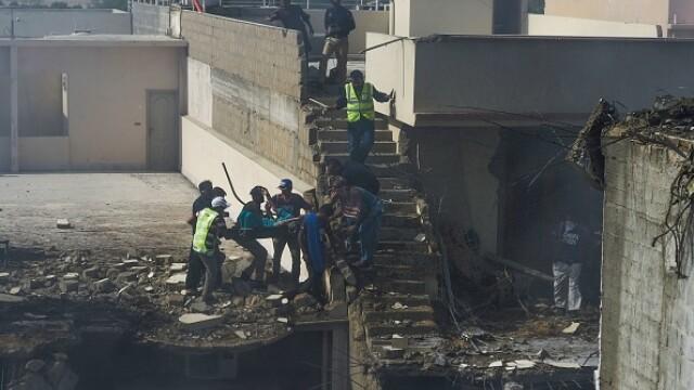Un avion cu aproape 100 de oameni la bord s-a prăbușit într-o zonă rezidențială din Pakistan - Imaginea 10