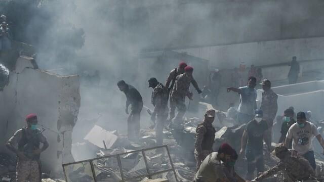 Un avion cu aproape 100 de oameni la bord s-a prăbușit într-o zonă rezidențială din Pakistan - Imaginea 9