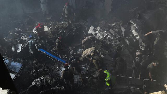 Un avion cu aproape 100 de oameni la bord s-a prăbușit într-o zonă rezidențială din Pakistan - Imaginea 8