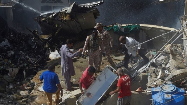 Un avion cu aproape 100 de oameni la bord s-a prăbușit într-o zonă rezidențială din Pakistan - Imaginea 7