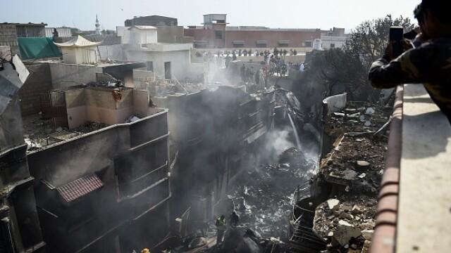 Un avion cu aproape 100 de oameni la bord s-a prăbușit într-o zonă rezidențială din Pakistan - Imaginea 6