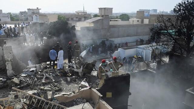 Un avion cu aproape 100 de oameni la bord s-a prăbușit într-o zonă rezidențială din Pakistan - Imaginea 5