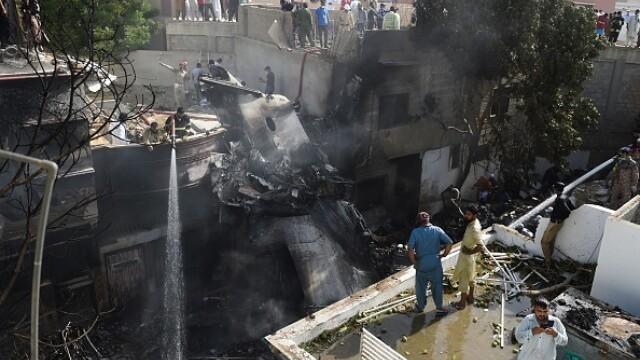 Un avion cu aproape 100 de oameni la bord s-a prăbușit într-o zonă rezidențială din Pakistan - Imaginea 3